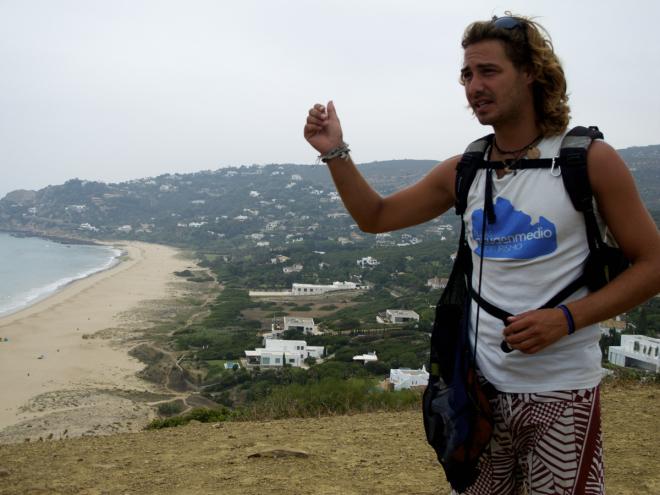 Desde un lugar estratégico Leo nos muestra la playa de aguaenmedio que da nombre a su empresa