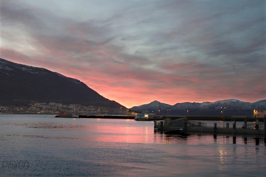 es el tiempo del alba, de claridad antes del amanecer y de que el sol asome por el horizonte.